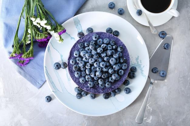 Assiette avec de délicieux cheesecake aux bleuets sur la table