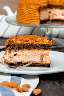 Assiette avec un délicieux gâteau au caramel se bouchent