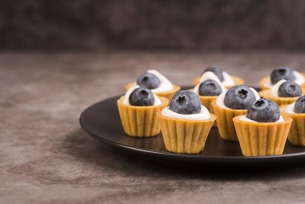 Assiette avec de délicieux muffins