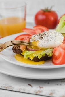 Assiette avec un délicieux petit déjeuner sur table
