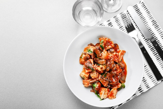 Assiette avec un délicieux poulet cacciatore sur table