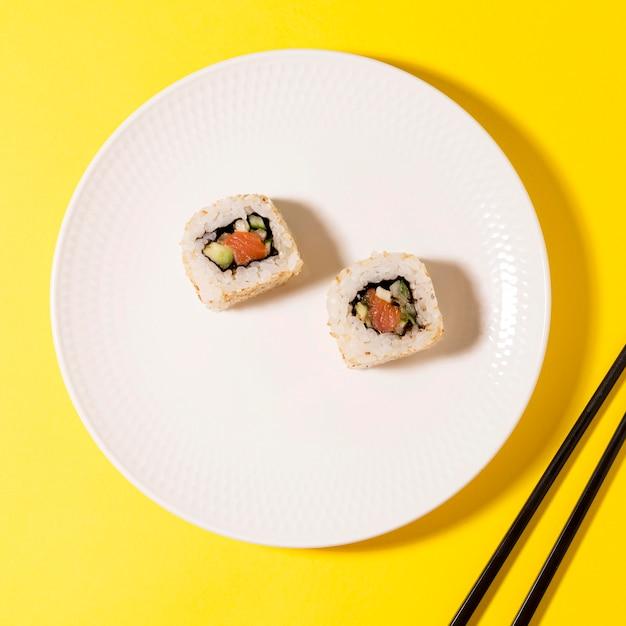 Assiette avec deux rouleaux de sushi