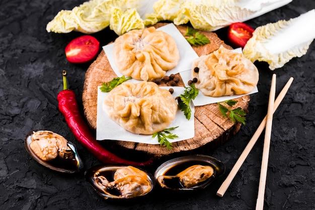 Assiette de dim sum asiatique délicieux