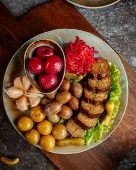 Une assiette avec divers cornichons