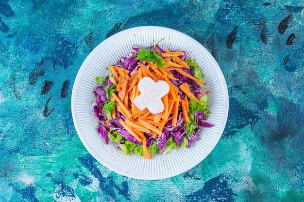 Une assiette de divers légumes frais