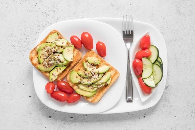 Assiette avec du pain grillé et des légumes