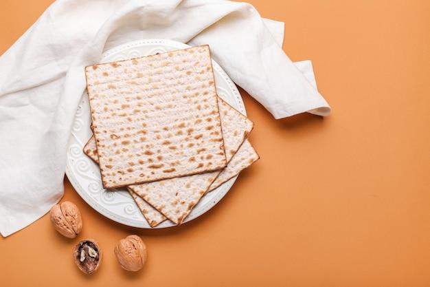 Assiette avec du pain plat juif matza pour la pâque sur la couleur