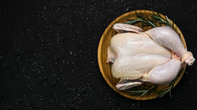 Assiette avec du poulet et du romarin