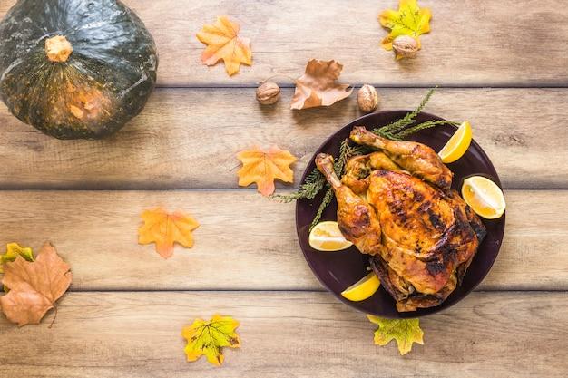 Assiette avec du poulet près du feuillage