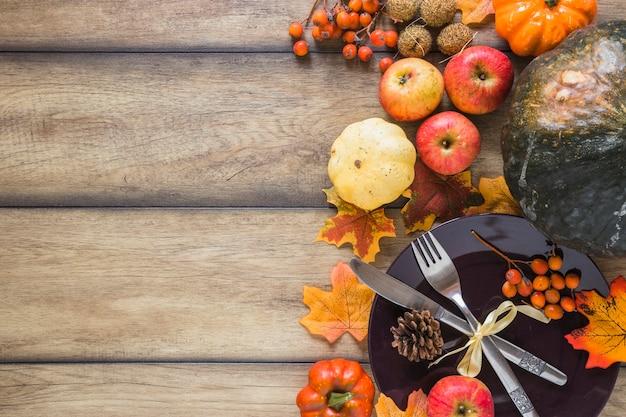 Assiette entre les légumes et les feuilles sèches