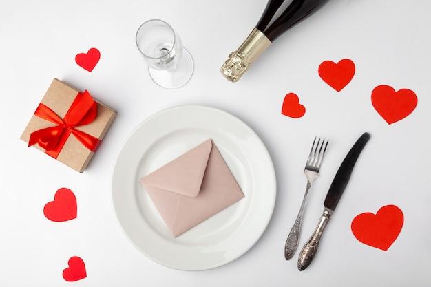 Assiette avec enveloppe, coeurs et cadeau