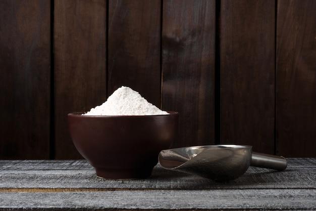 Une assiette de farine de blé et une boule
