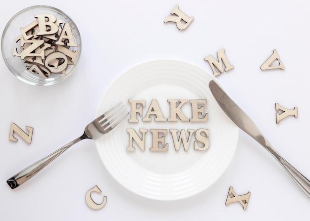 Assiette avec de fausses nouvelles