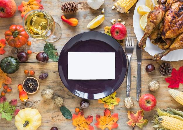 Assiette avec feuille entre fruits et légumes