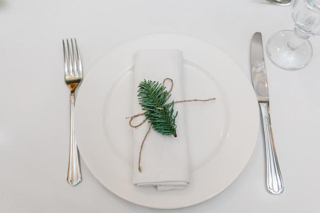 Une assiette, une fourchette et un couteau sur la table.