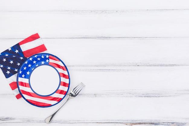 Assiette fourchette et serviette avec drapeau américain
