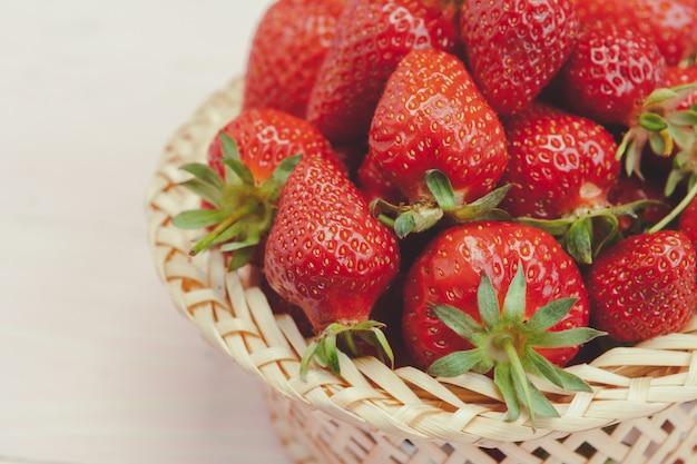 Assiette de fraises sur bois rose