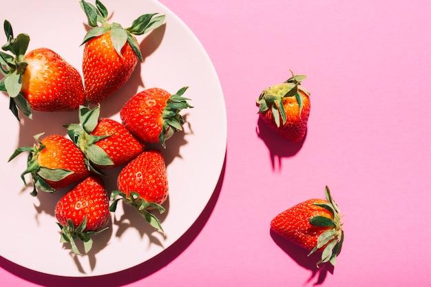 Assiette de fraises mûres