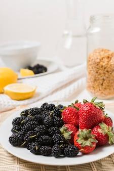 Assiette de fraises et de mûres