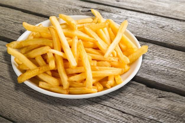 Assiette de frites sur table en bois