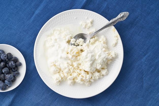 Assiette de fromage cottage frais et myrtilles