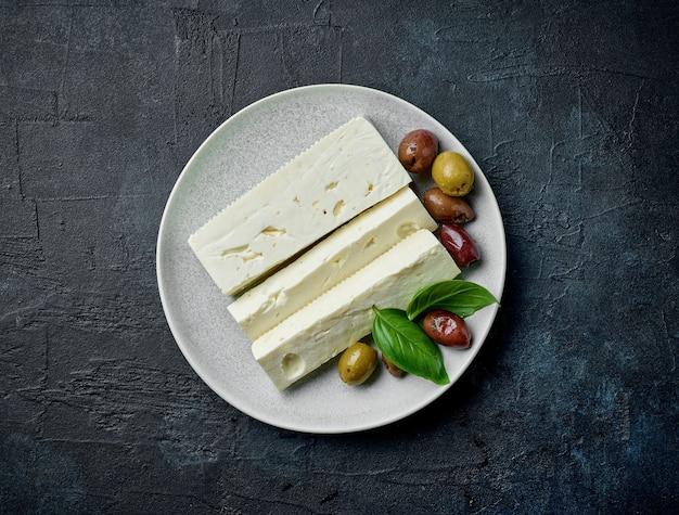 Assiette de fromage grec frais, vue de dessus