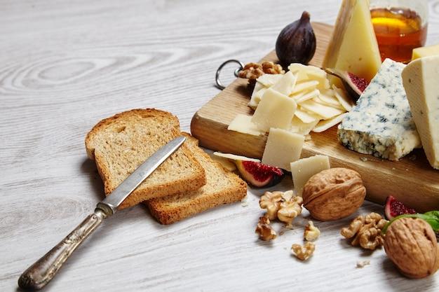Assiette de fromage avec légumes et fournitures vue de dessus