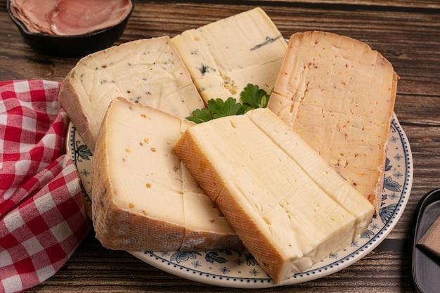 Assiette de fromage à raclette sur une table en bois