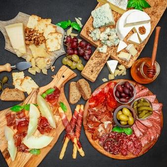 Assiette de fromage de viande froide avec saucisse chorizo salami, prosciutto et fromage