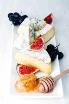 Assiette de fromages assortiment de divers types et miel