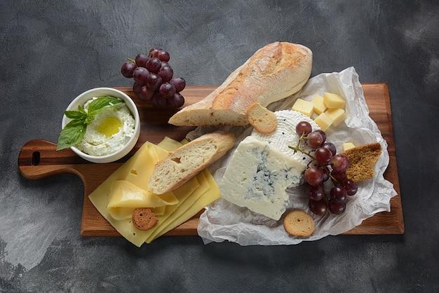 Assiette de fromages avec assortiment de fromages