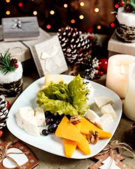 Assiette de fromages au raisin et aux noix