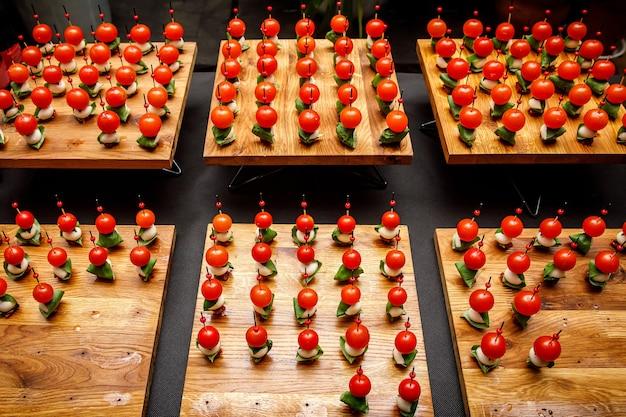 Assiette de fromages avec d'autres collations sur une table de banquet.