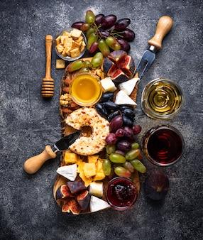 Assiette de fromages aux raisins et au vin