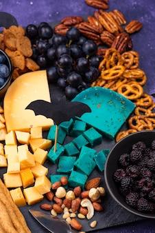 Assiette de fromages avec baies, raisins et collations