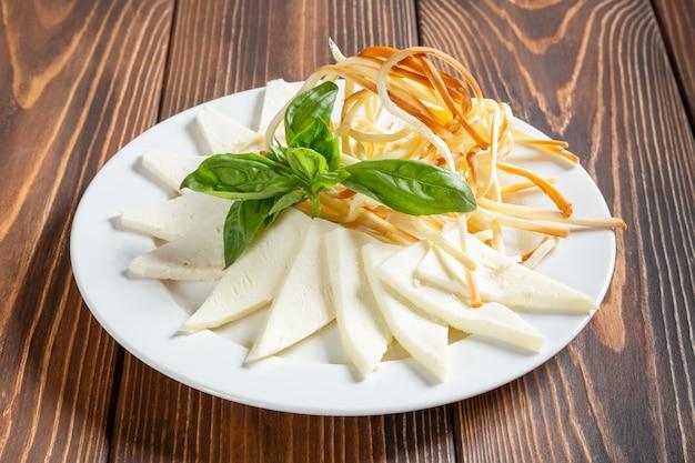 Assiette de fromages caucassiens chechil et suluguni