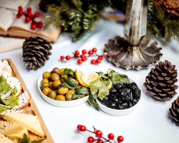 Assiette de fromages avec cornichons aux olives
