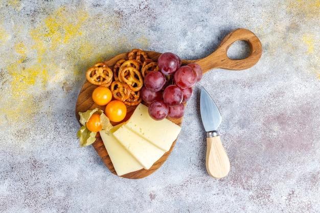 Assiette de fromages avec délicieux fromage tilsiter et collations.