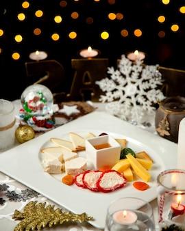 Assiette de fromages avec divers fromages et confitures
