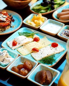 Assiette de fromages saupoudrée d'épices et de confiture de figues