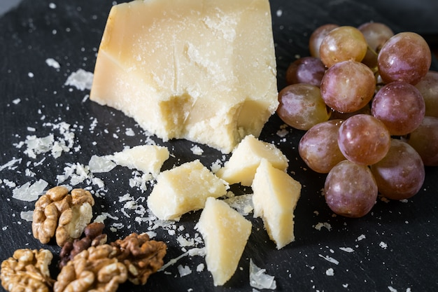 Assiette de fromages servie avec raisin et noix