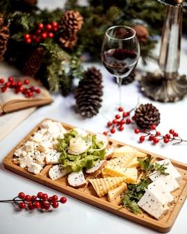 Assiette de fromages avec verre de vin rouge