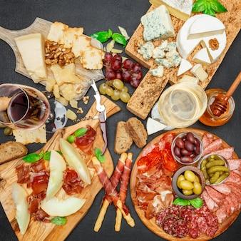 Assiette de fromages à la viande froide avec saucisse chorizo salami, prosciutto, fromage et vin