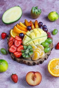 Assiette de fruits et baies, cuisine vegan.