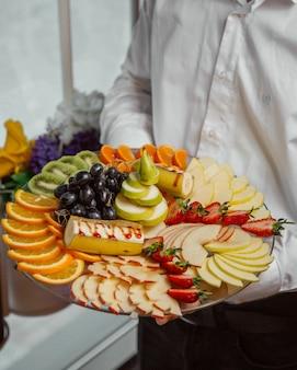 Assiette de fruits avec un mélange de fruits en tranches