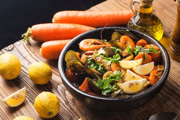 Une assiette de fruits de mer au curry