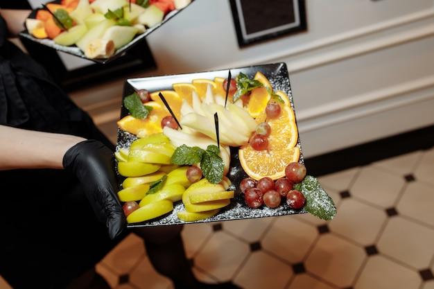 Assiette de fruits merveilleusement décorée fruits assiette de fruits conceptuels coups dans la main du serveur assiette en porcelaine de luxe restaurant servi acheter.