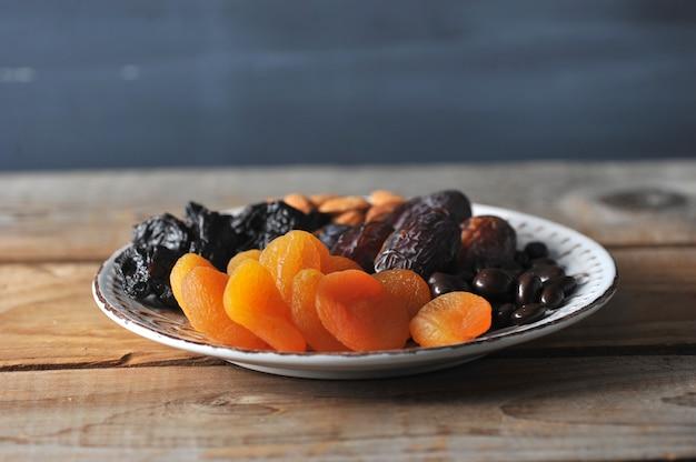 Assiette de fruits secs et raisins secs au chocolat