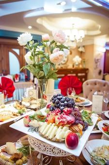 Assiette de fruits sur la table du restaurant.