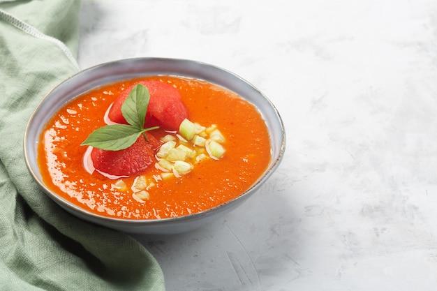 Une assiette de gaspacho espagnol traditionnel avec sauce tomate, poivre, ail et tabasco